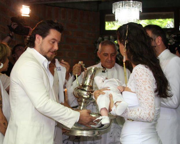 Padrinhos batizam Vittorio sob os olhares de Alexandre Iódice e Adriane Galisteu na manhã de sábado, em Itatiba, São Paulo (27/11/2010)
