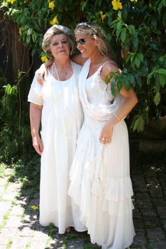 Adriane Galisteu passeia por sua festa conjunta de casamento e batizado de seu filho ao lado da mãe, Emma, na manhã de sábado (27/11/2010)
