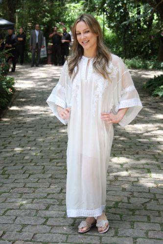 Claudia Leitte usa bata na cerimômia de casamento de Adriane Galisteu e Alexandre Iódice. No mesmo dia foi realizado o batizado do filho do casal, Vittorio, em um spa de Itatiba, interior de São Paulo (27/11/2010)