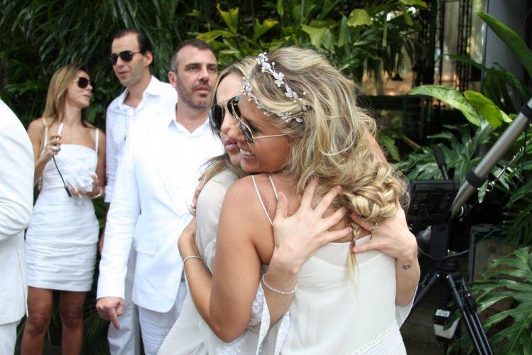 Adriane Galisteu ganha abraço de Claudia Leitte na manhã de seu casamento com o empresário Alexandre Iódice. O filho de Galisteu, Vittorio, também foi batizado na ocasião (27/11/2010)