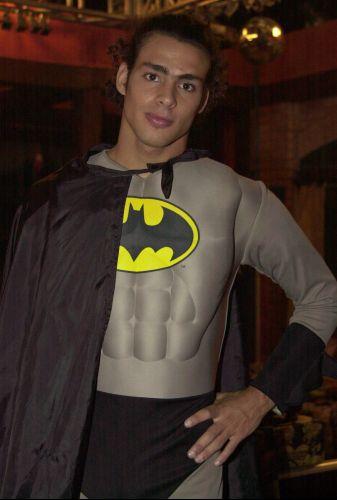 Cauã Reymond se veste de Batman para a gravação de uma cena de