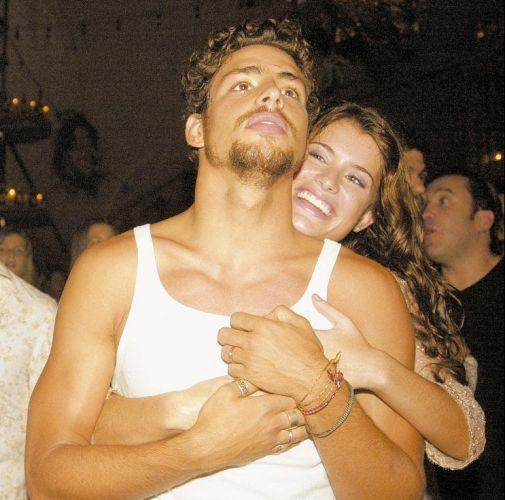 Cauã Reymond e Alinne Moraes assistem abraçados ao show de Lulu Santos na festa de lançamento da novela