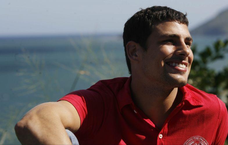 Cauã Reymond é fotografado sorrindo na Prainha, no Rio de Janeiro, durante entrevista para o jornal Folha de S.Paulo (6/5/2008)