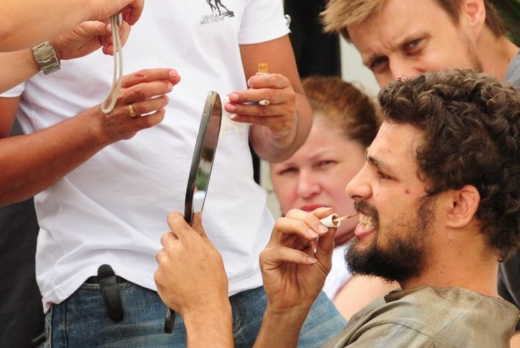 Cauã Reymond pinta os dentes como preparação para gravar uma cena de seu personagem, Danilo, vivendo na rua (2010)
