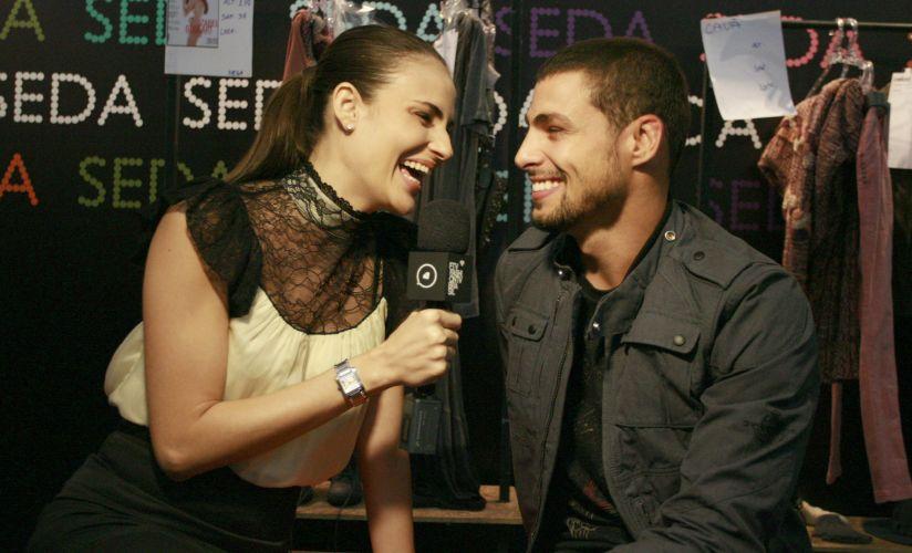 A atriz Fernanda Tavares e o ator Cauã Reymond se divertem durante entrevista no backstage do São Paulo Fashion Week (17/1/2010)