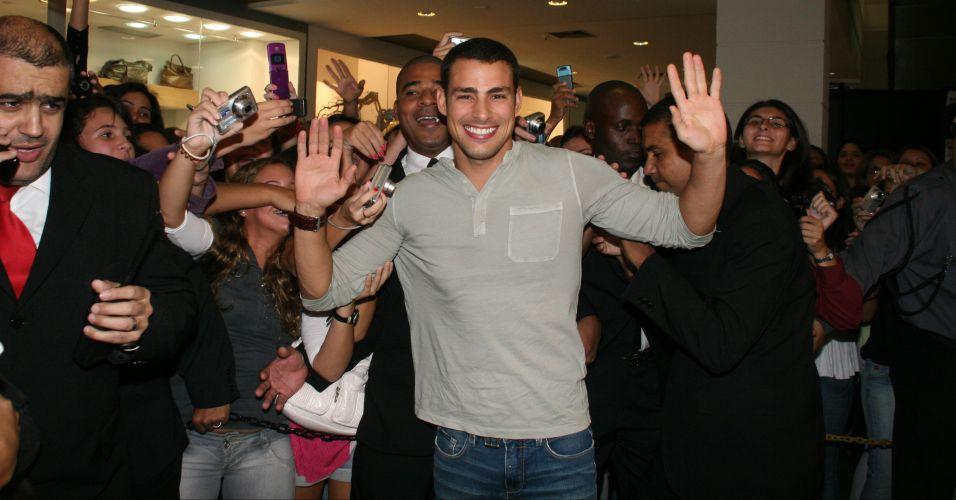 Cauã Reymond se diverte com o assédio das fãs na inauguração de uma loja em um shopping do Rio de Janeiro (30/4/2010)