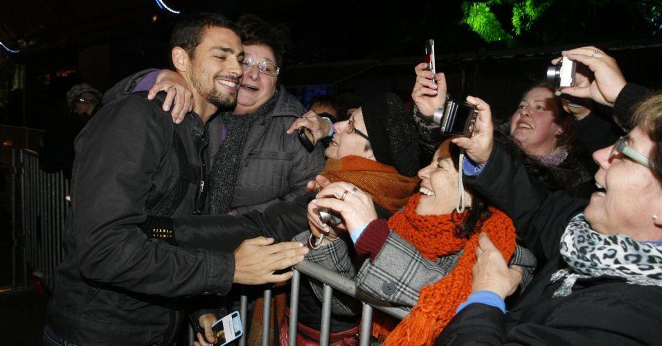 Cauã Reymond é agarrado por fãs no 38º Festival de Cinema de Gramado (9/8/2010)