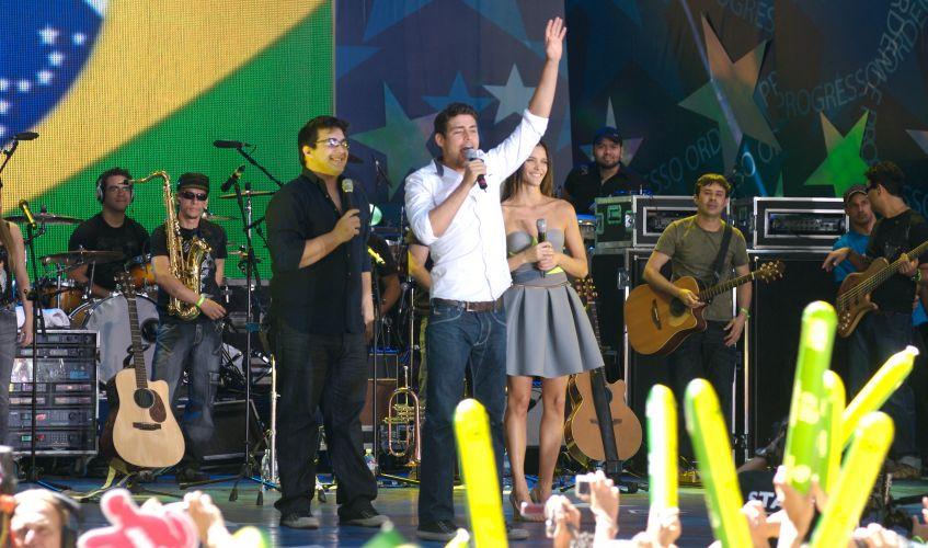 Ao lado dos apresentadores André Marques (esq.) e Fernanda Lima (dir.) Cauã Reymond fala com um milhão de pessoas presentes na festa