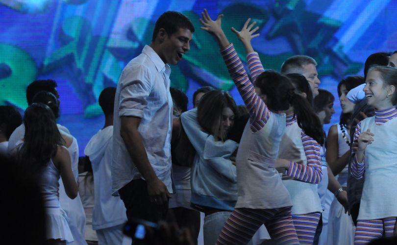 Cauã Reymond se diverte com as crianças durante o programa