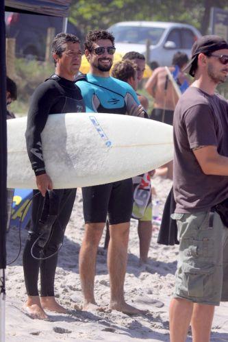 O ator Cauã Reymond aproveitou o domingo ensolarado para surfar ao lado de amigos na Prainha, Rio de Janeiro (28/8/11)