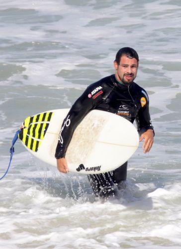 Cauã Reymond surfa na Prainha, Rio de Janeiro (28/98/11)