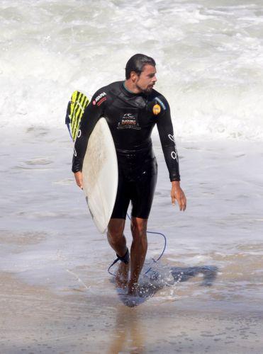 Cauã Reymond sai do mar após passar a manhã surfando na Prainha, Rio de Janeiro (28/8/11)