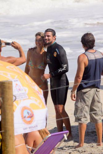 O ator ainda tirou uma foto com uma fã após passar a manhã surfando na Prainha, Rio de Janeiro (28/8/11)