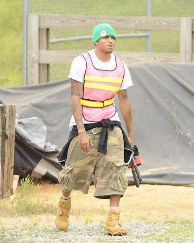 Chris começa a cumprir seus 180 dias de serviços comunitários por agredir a cantora e ex-namorada Rihanna, em Richmond, na Virginia, sua cidade natal (17/9/09)