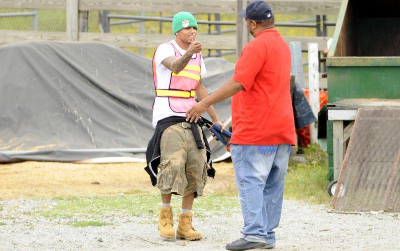 No segundo dos 180 dias de trabalho, Chris Brown recebe a visita de um amigo (17/9/2009). Durante suas tarefas, apenas alguns fãs e equipes de televisão foram ver o músico, que não falou com ninguém, apenas acenou aos visitantes