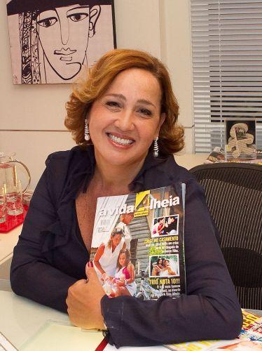 Claudia Jimenez posa com a revista