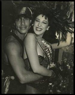 Claudia Raia com o ator Alexandre Frota, seu primeiro marido. Os dois se casaram em 1986, na igreja da Candelária, no Rio de Janeiro. O vestido da atriz tinha um cauda com quase 20 metros