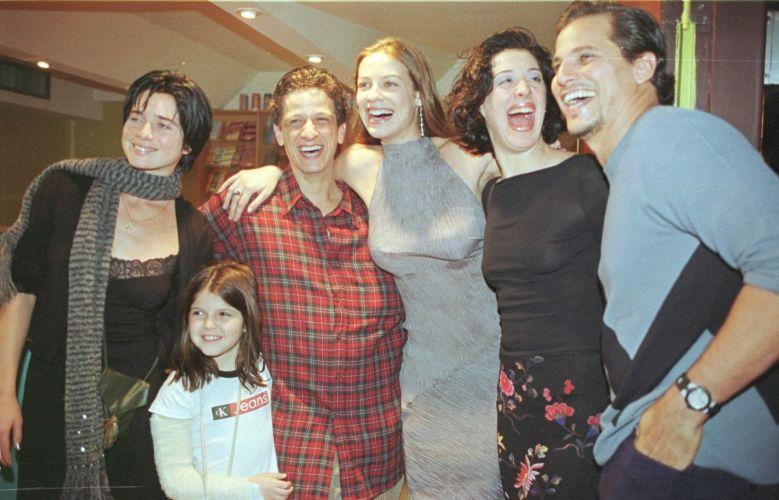 Da esquerda para a direita, Letícia Spiller, Carolina (filha de Ernesto Piccolo), Ernesto Piccolo, Luana Piovani, Claudia Raia e Edson Celulari durante a estreia da peça