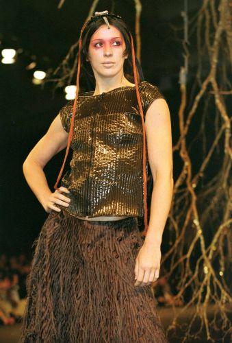 Claudia Raia desfila com roupa da coleção outono-inverno de Lino Villaventura no 8º MorumbiFashion, em São Paulo (31/1/00)