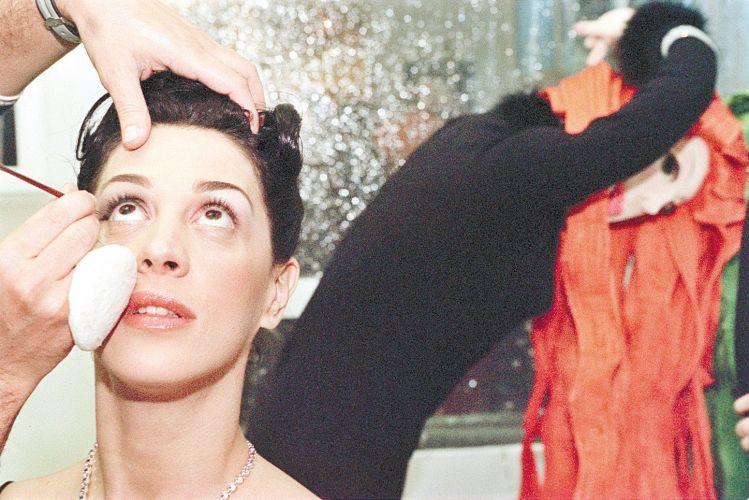 Claudia Raia faz maquiagem durante coquetel de abertura da Casa Cor, em São Paulo (6/6/00)