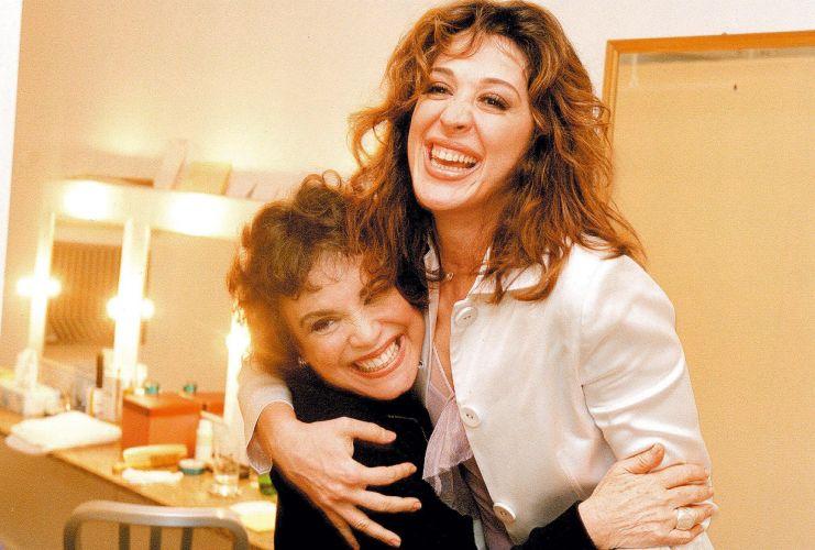 Claudia Raia e Regina Duarte no camarim, após apresentação extra de