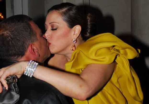 Claudia Raia dá um selinho no diretor Jorge Fernando, na festa de lançamento de