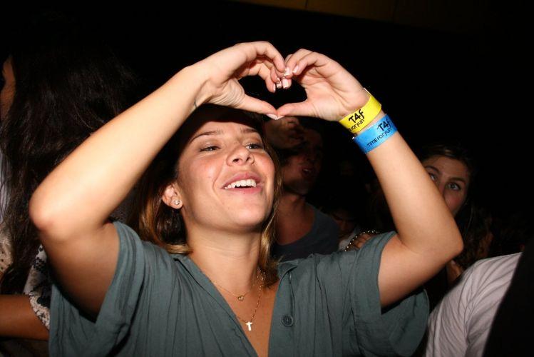 A atriz Fernanda Souza faz coração para o namorado, Thiaguinho, vocalista do Exaltasamba, durante show do grupo no Citibank Hall, no Rio de Janeiro (27/5/11)
