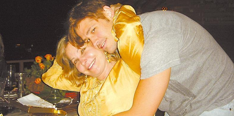 Dado Dolabella abraça a mãe Pepita Rodrigues