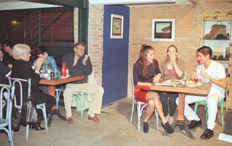 Dado Dolabella (dir.), Ana Kariny (centro) e Mariana Moreno durante a peça