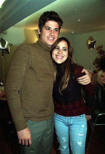 Dado Dolabella e Wanessa Camargo em São Paulo (1/8/2001). Os dois tiveram um namoro conturbado por dois anos e meio, e só terminaram no fim de 2002, pouco antes de ele começar a namorar com Deborah Secco