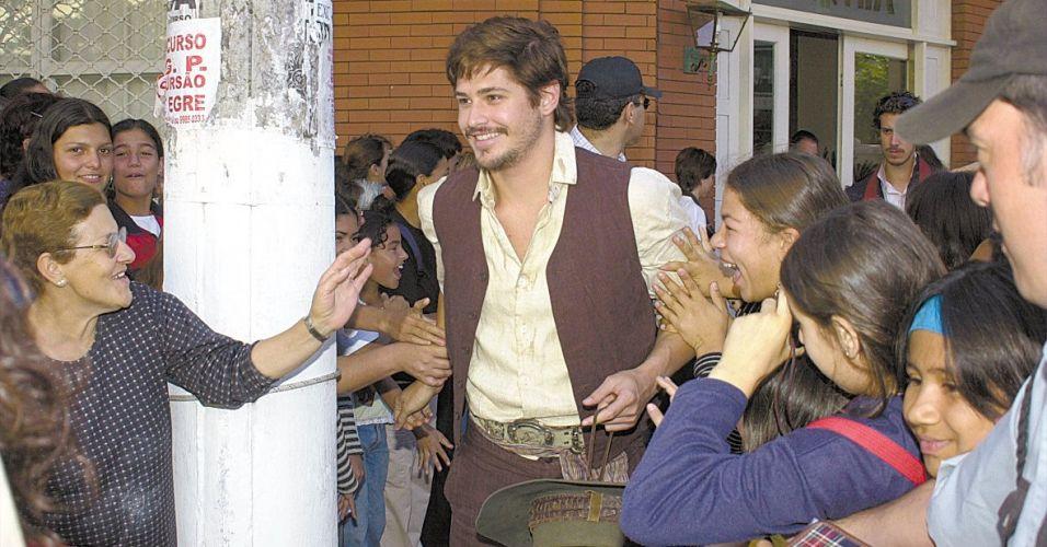 Dado Dolabella é assediado por fãs em Uruguaiana, no Rio Grande do Sul. O ator gravou na cidade a minissérie