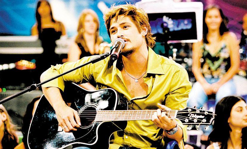 Dado Dolabella toca e canta no programa