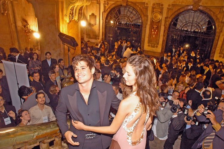 Dado Dolabella e a modelo Viviane são fotografados por um grupo de paparazzi nas escadas do Teatro Municipal do Rio de Janeiro (5/6/2005)
