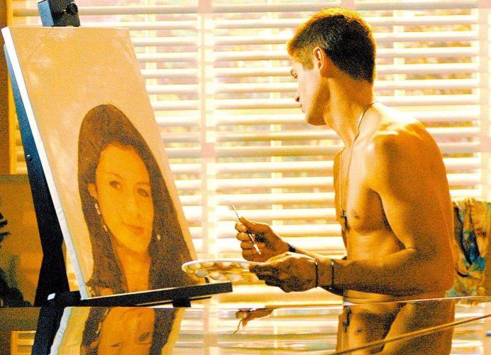 Dado Dolabella grava sem camisa em cena da novela