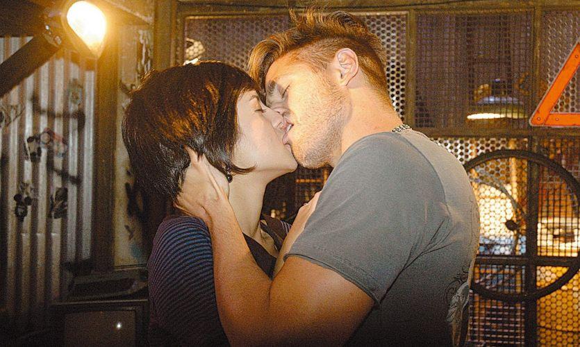 Dado Dolabella e a atriz Andréia Horta se beijam em cena de