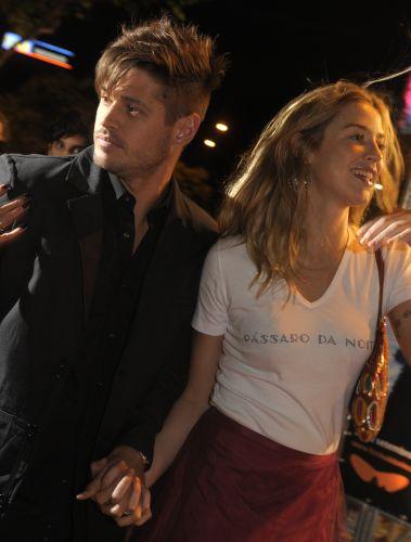 Dado Dolabela e Luana Piovani chegam para a estreia do filme