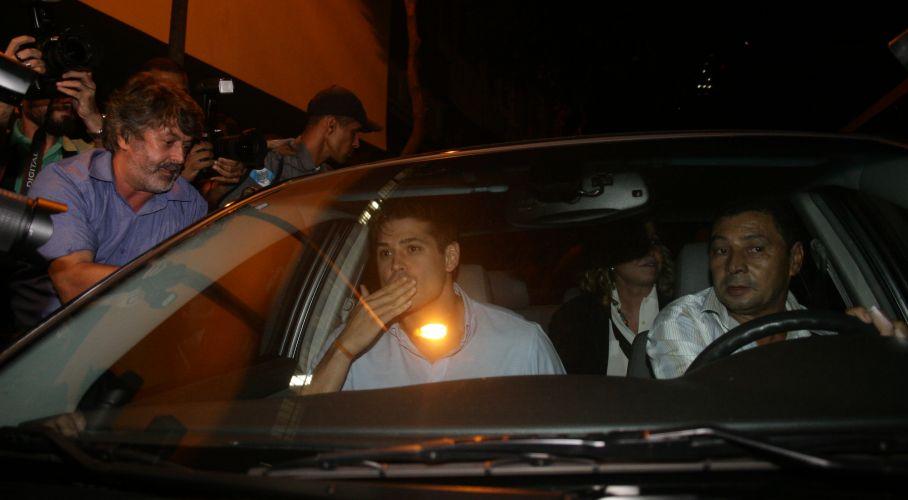 Dado Dolabella joga beijos aos fãs que foram até o Juizado da Violência Doméstica e Familiar Contra a Mulher, no centro do Rio, dar apoio ao ator, que é acusado de agredir Luana Piovani (23/3/2009)