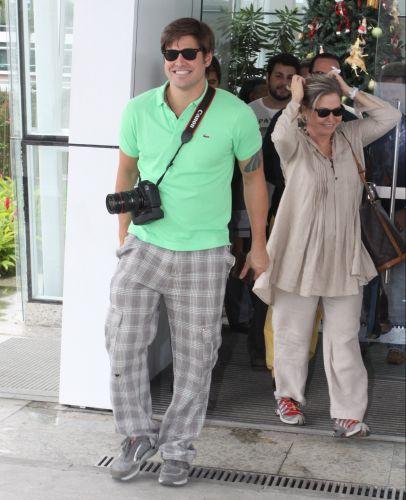 Dado Dolabella e a mãe Pepita Rodrigues saem de maternidade no Rio de Janeiro, no dia do nascimento de seu filho João Valentim com a publicitária Viviane Sarahyba (10/12/2009)