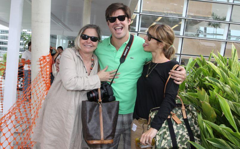 O ator Dado Dolabella posa com a mãe Pepita Rodrigues (esq.) e a amiga Carolina Dieckmann (dir.) na frente de maternidade do Rio de Janeiro, no dia do nascimento de seu filho João Valentim (10/12/2009)