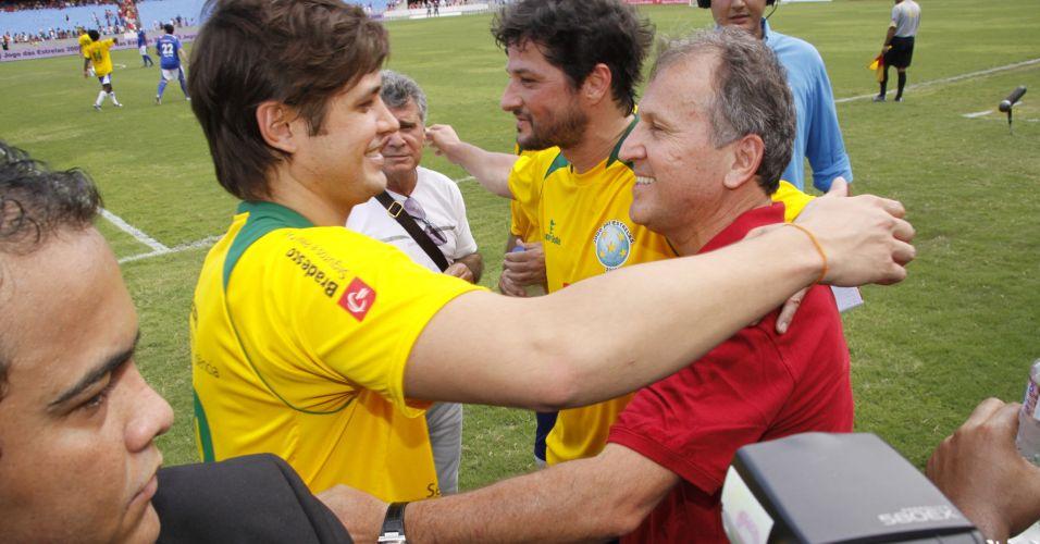 Dado Dolabella (esq.) cumprimenta Zico (dir.) após participar do Jogo das Estrelas no estádio do Maracanã, no Rio de Janeiro (27/12/2009)