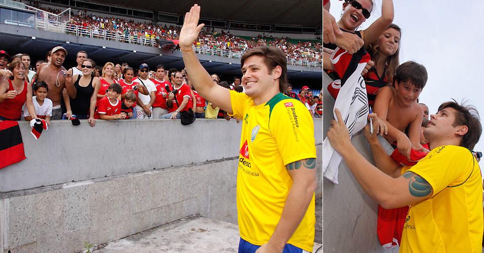 Dado Dolabella atende aos fãs no Maracanã, no Rio de Janeiro, após participar do Jogo das Estrelas (27/12/2009)