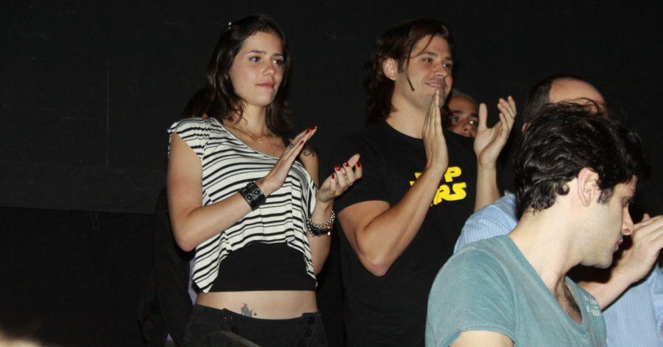 Dado Dolabella e a namorada, a produtora musical Juliana Wolter, na pré-estreia da peça