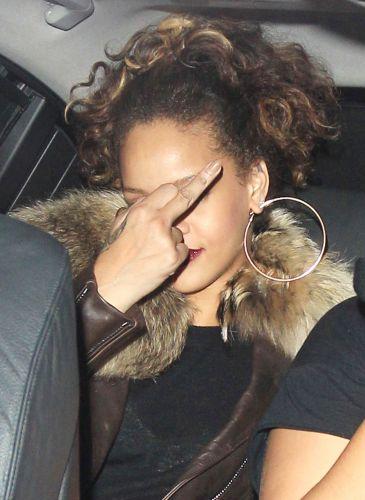 Rihanna recebe uma multa de trânsito por estacionar em local proibido em Londres, na Inglaterra, se irrita com a situação e mostra o dedo do meio para os fotógrafos que a aguardavam na frente da boate de striptease (12/10)