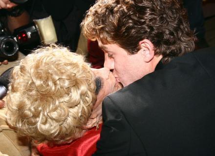 Leonardo Miggiorin ganha um beijo de Dercy Gonçalves durante a festa de 100 anos da atriz, em São Paulo (12/6/2007)