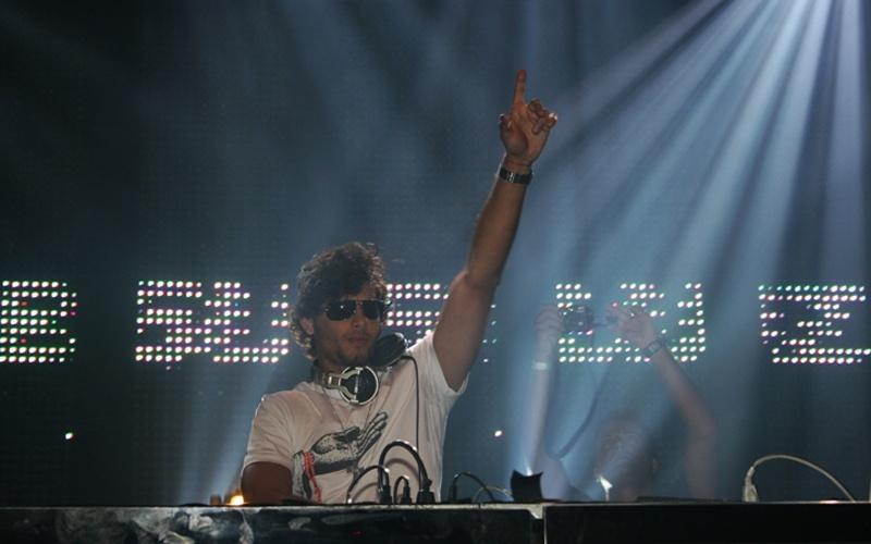 O modelo e DJ Jesus Luz toca em uma festa durante o Carnava do Rio de Janeiro (12/2/2010)