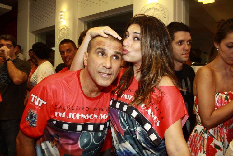 Fernanda Paes Leme dá beijo no aniversariante Eri Johnson, durante a festa em comemoração ao cinquentenário do ator, no sábado, na quadra do Salgueiro (18/12/2010)