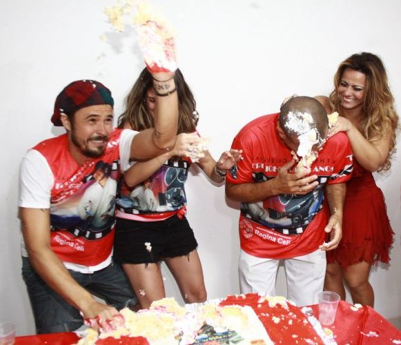 Paulinho Vilhena, Fernanda Paes Leme, Eri Johnson e Viviane Araújo se lambuzam de bolo no aniversário de Eri Johnson, comemorado na noite de sábado, na quadra do Salgueiro, no Rio (18/12/2010)