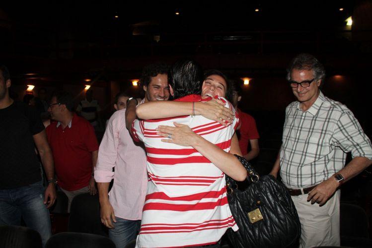 Lilia Cabral abraça Marcelao Serrado após assistir a peça de teatro