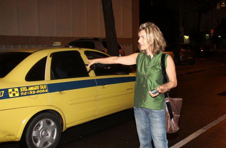 Maitê Proença tenta pegar um táxi após assistir a peça