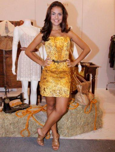 A atriz Paloma Bernardi posa em um dos estandes do Fashion Rio Inverno 2011 no primeiro dia da semana de moda, no Pier Mauá, no Rio de Janeiro (11/1/2011)